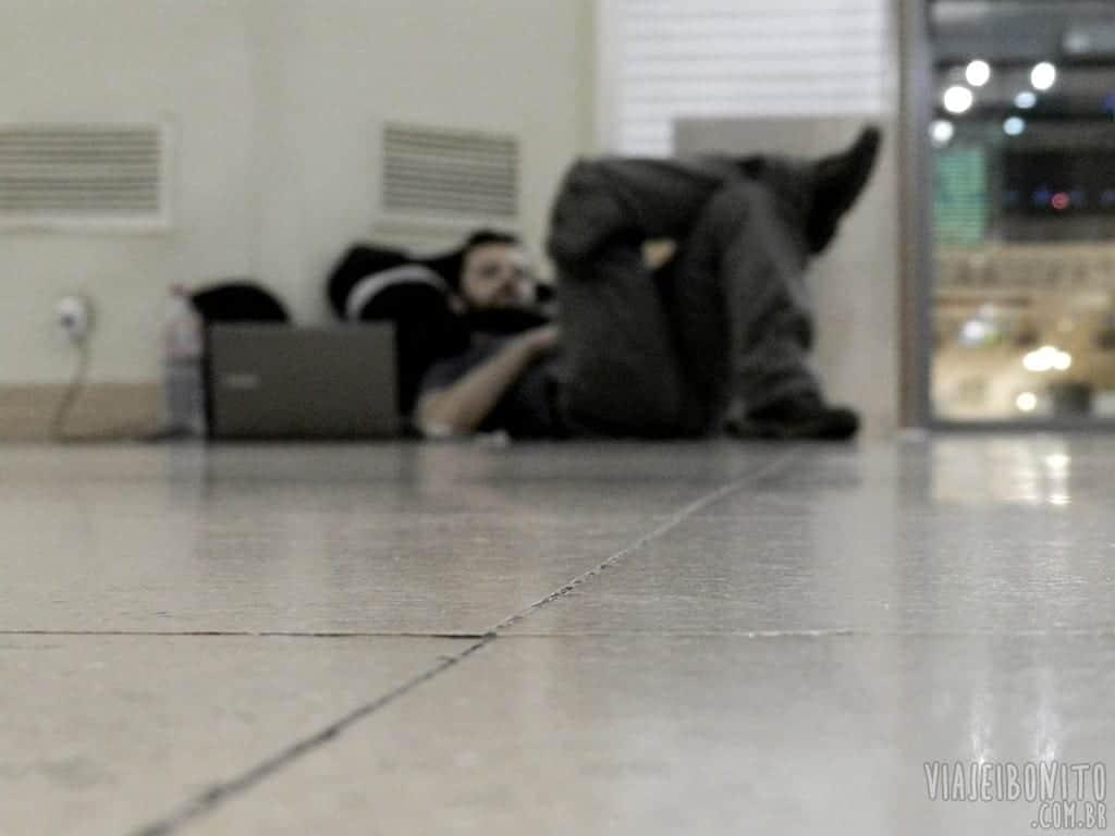 Dormindo no aeroporto de Málaga, Espanha, a espera do próximo voo