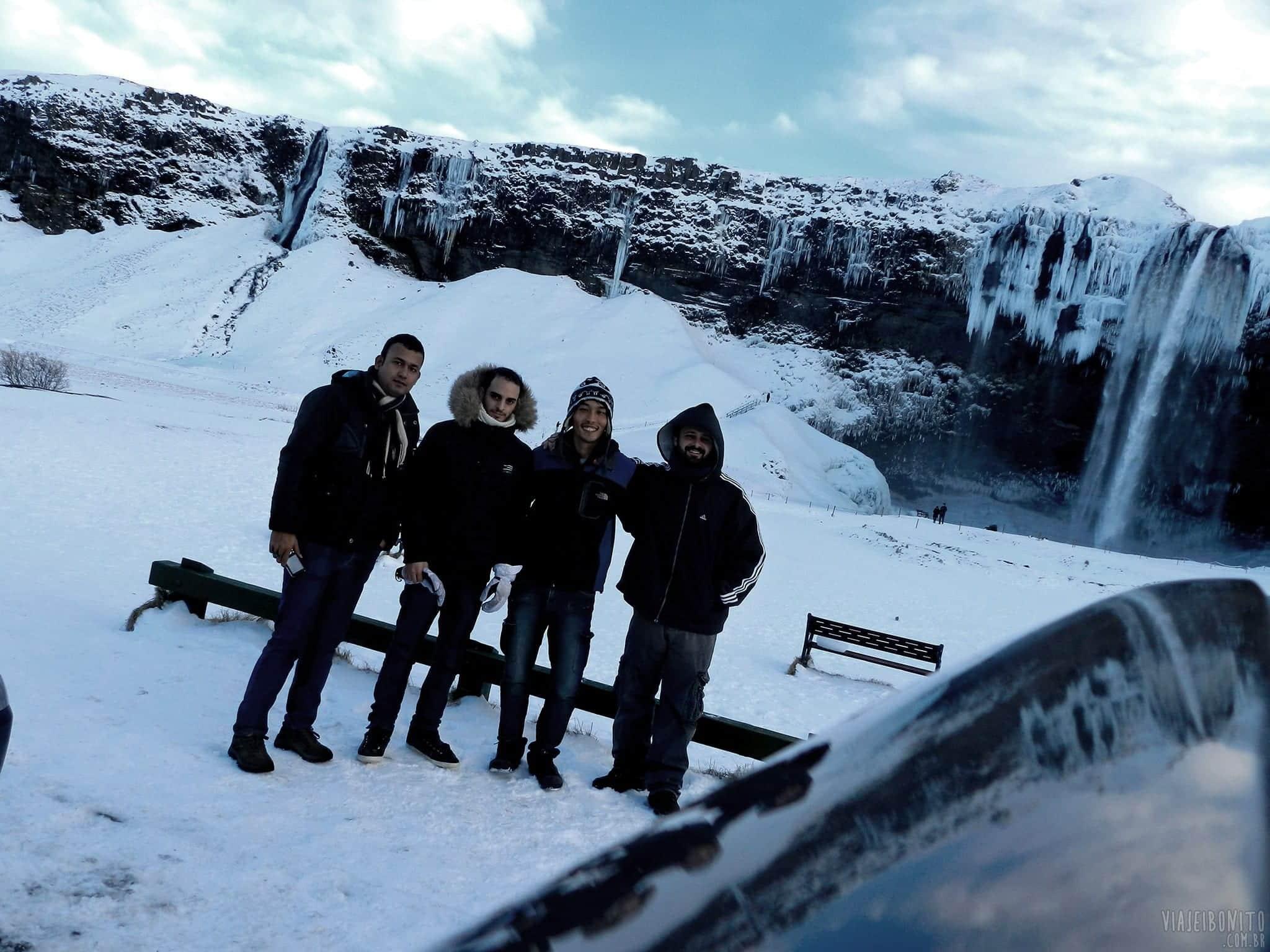 Amigos recém-conhecidos na Islândia que se juntaram para uma road trip pelo litoral do país