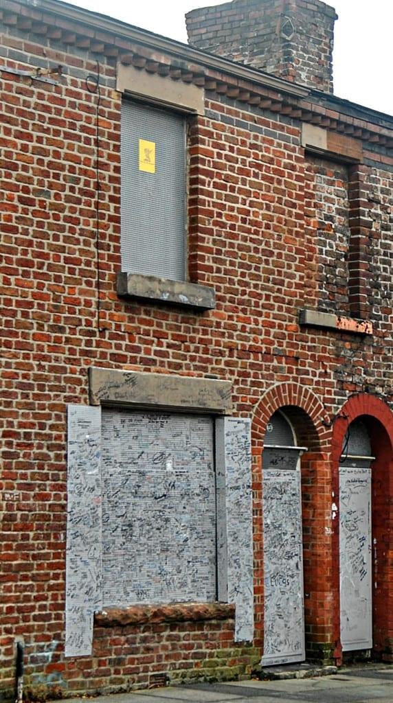 Todas as casas da Madryn Street -incluindo a de Ringo -  seriam demolidas, mas permanecem intactas graças à pressão popular