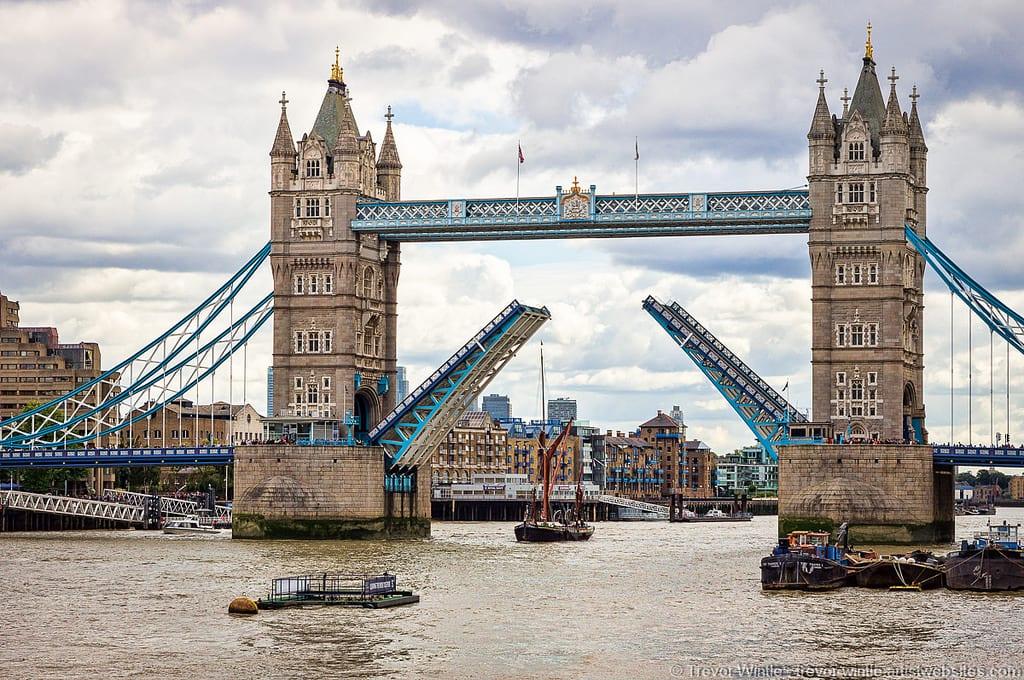 Abertura da Tower Bridge, em Londres