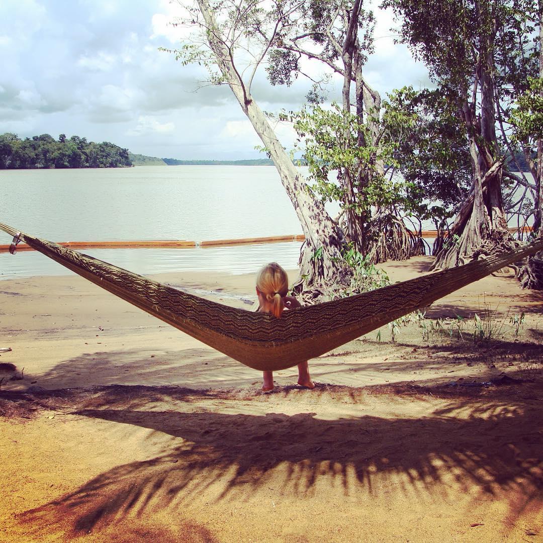 Descansar no balanço de uma rede em meio à natureza, no Suriname