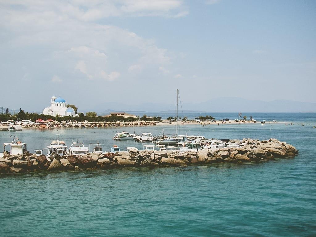 Vista ao desembarcar na ilha de Agistri, na Grécia.