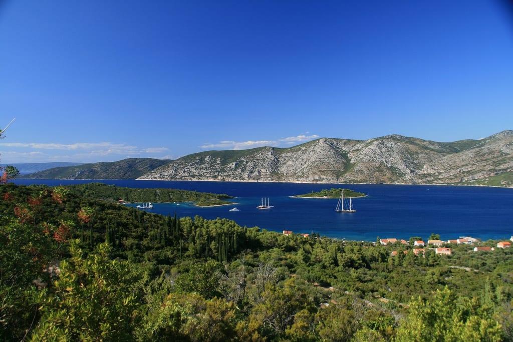 De carro ou de barco, o importante é conhecer todos os cantos de Korcula, na Croácia