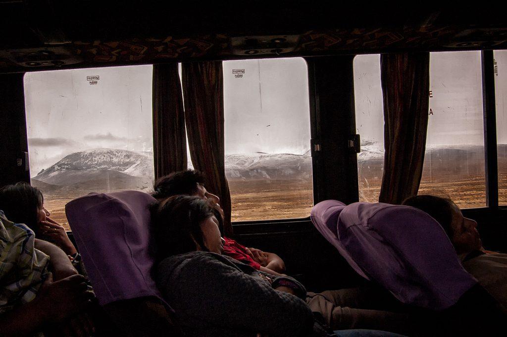 Dormir durante a sua viagem de ônibus pelo Peru pode privá-lo de vistas maravilhosas, mas é uma boa solução para economizar