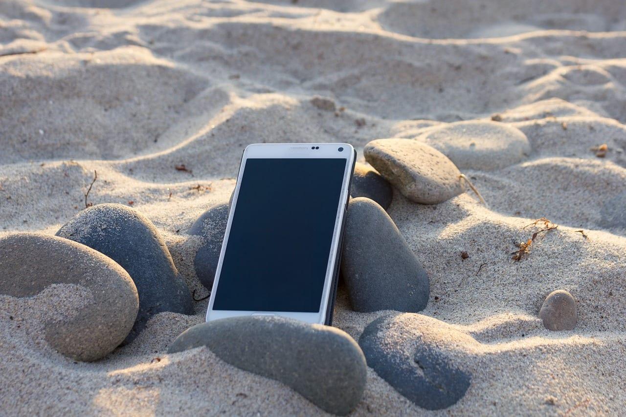 Celular na areia