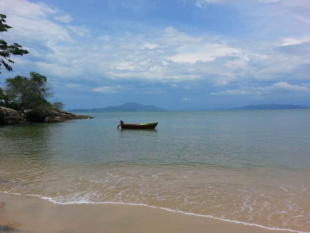 A Praia Triste é das praias desconhecidas do Brasil. Para chegar até ela, é necessário seguir uma trilha de fácil acesso