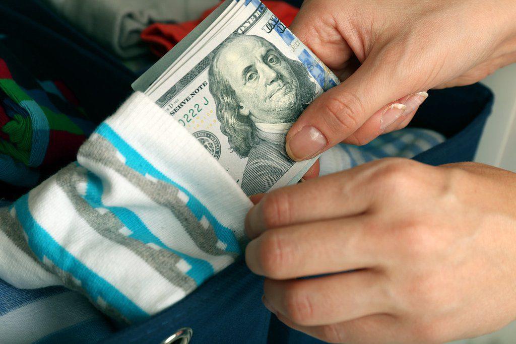Esconda dinheiro nas meias quando estiver se deslocando com uma grande quantia