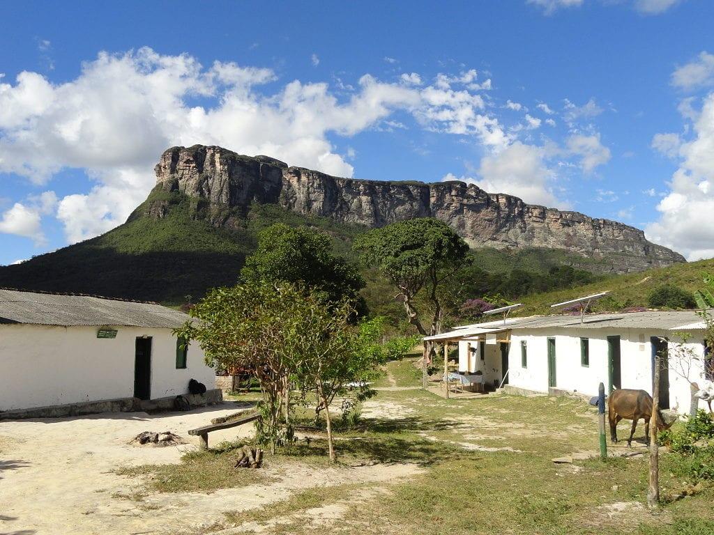 Área de apoio ao trilheiro tem até igrejinha no Vale do Pati, Chapada Diamantina, Bahia, Brasil