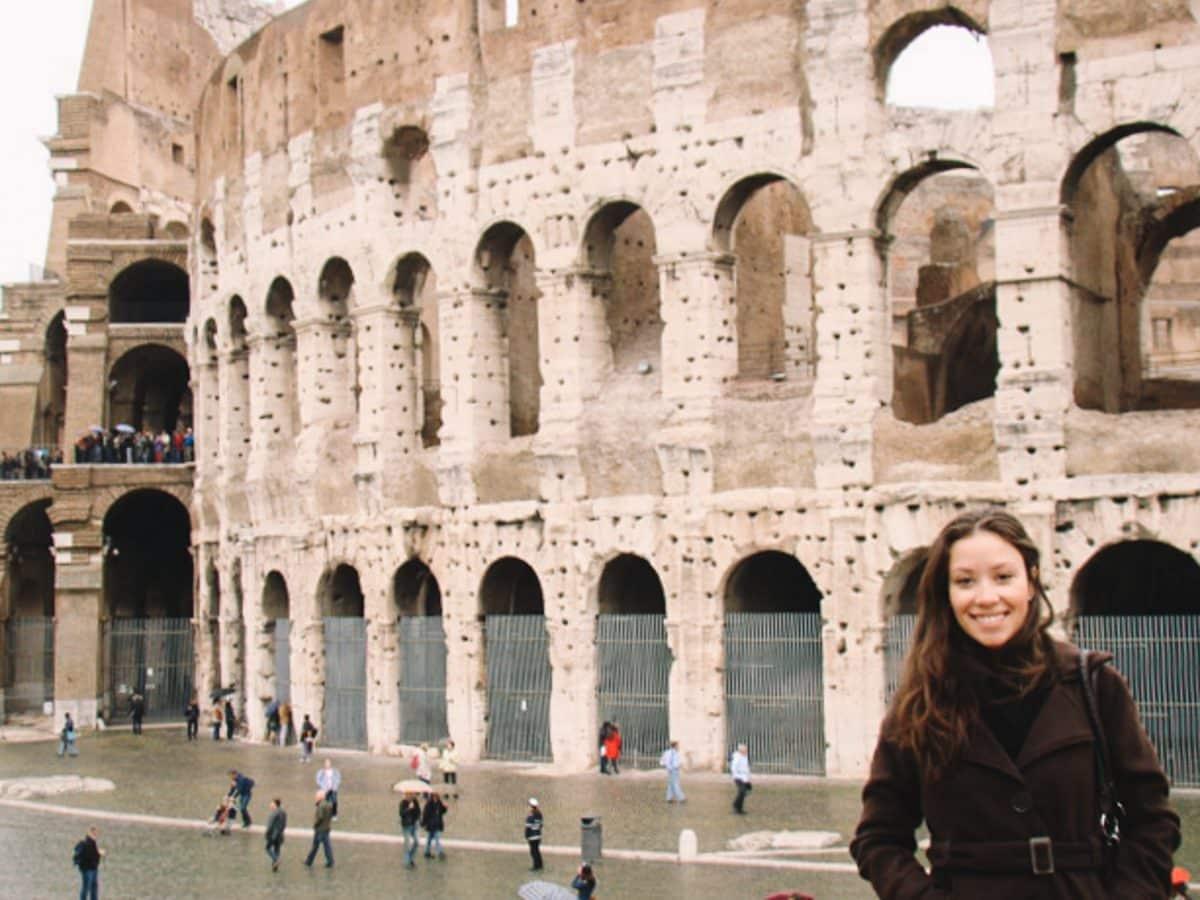 Em frente ao Coliseu de Roma durante o meu primeiro mochilão barato pela Europa