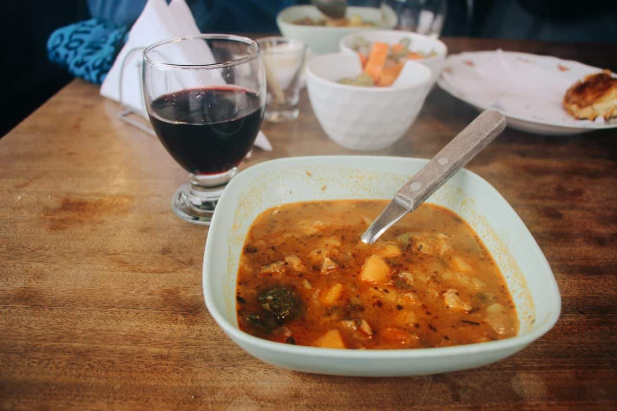 Cordeiro e vinho para o almoço durante o full day nieve em Tierra Mayor, Ushuaia