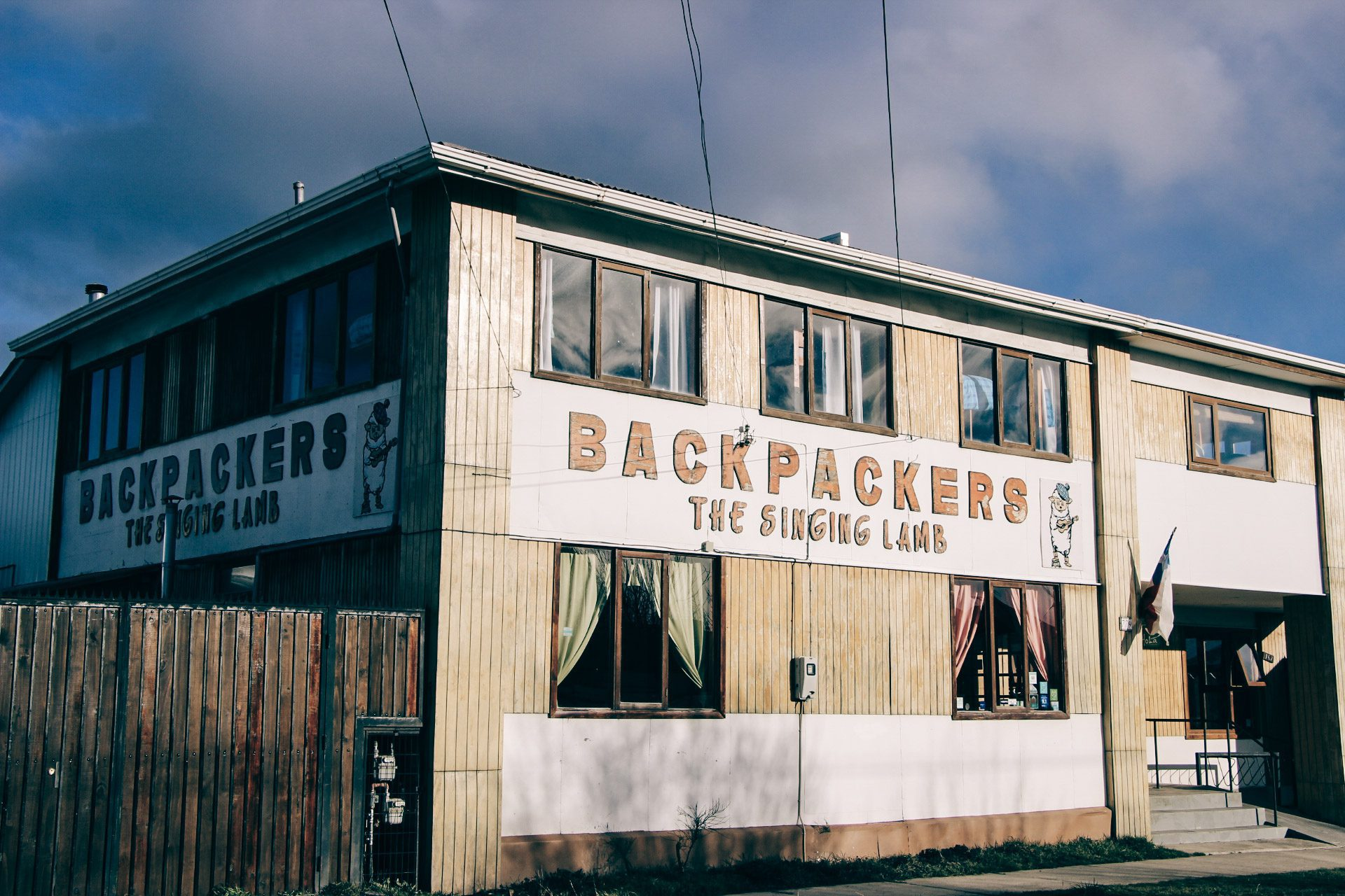 Fachada do hostel The Singing Lamb Backpackers, em Puerto Natales, Chile