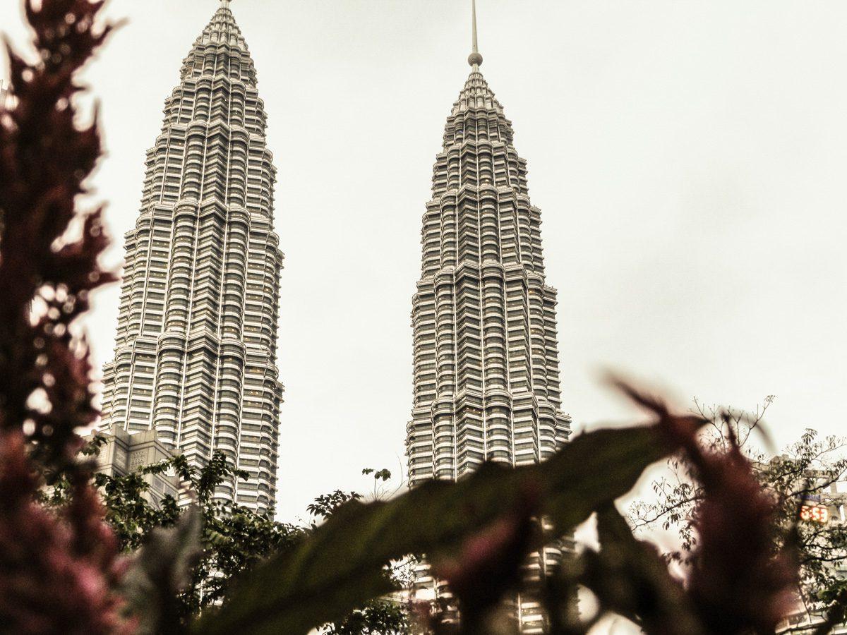 Petronas Towers vistas do KLCC Park em Kuala Lumpur