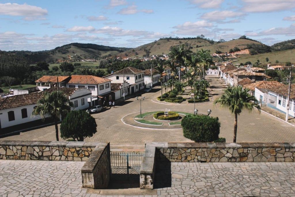Praça da Matriz vista de dentro da igreja de Santana dos Montes, Minas Gerais