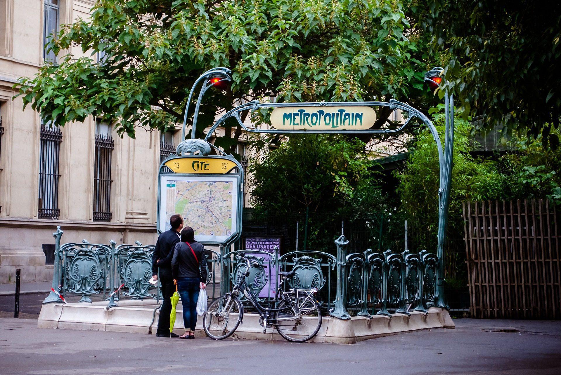 O metrô é o meio de transporte mais eficiente de Paris